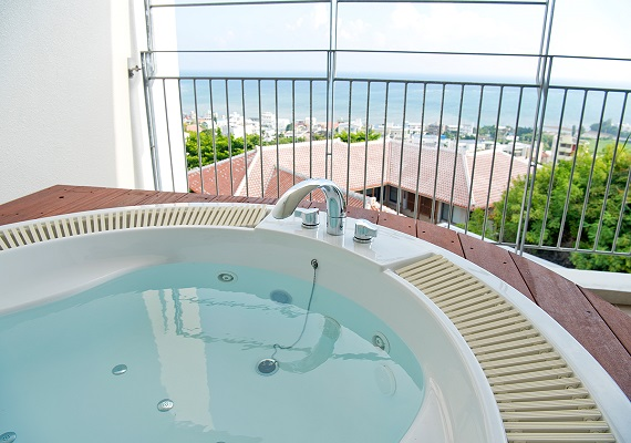 The jacuzzi found on the terrace of all guest rooms can be used in all seasons.