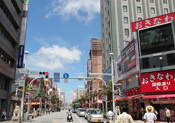 It takes only 5 minutes to reach Kokusai Street from KARIYUSHI LCH.