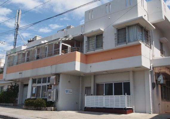 [Facade] Though the hotel's studio apartment is connected to Hula Studio, the location is on upland so you can overlook a peaceful sea scenery. But since the airport and highway are located close, it becomes a convenient location for sightseeing.
