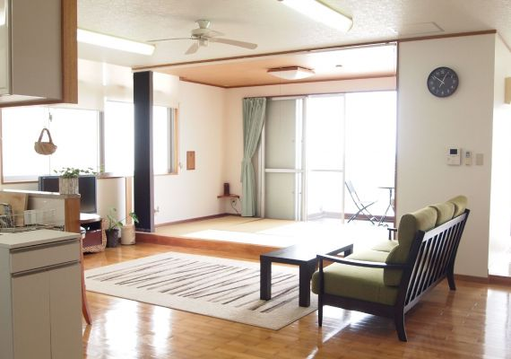 [Japanese-style room] The room next to living as Japanese-style room with tatami that is comfortable if you arrive with children. Lie down, relax and get healed from tiredness of travel by tatami. After all It is definitely the thing that is necessary for