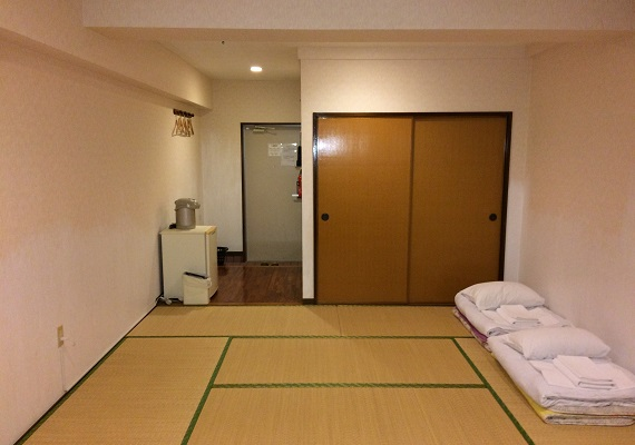 Japanese-style room 2F. Capacity 6 people. 9 rooms