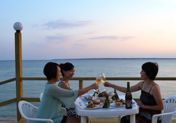 "Terrace ""poetry of wave"" of the restaurant seaside of red cement tile only in Okinawa
