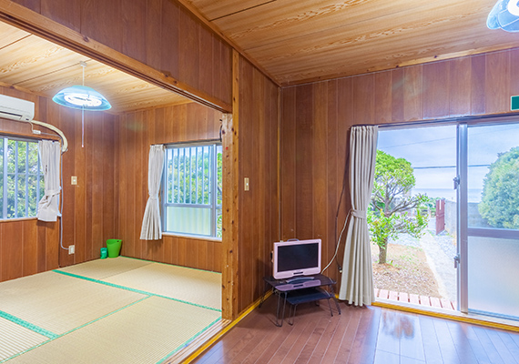 You can spend a pleasant time in a Japanese-style room with tatami and Western-style living room with flooring.