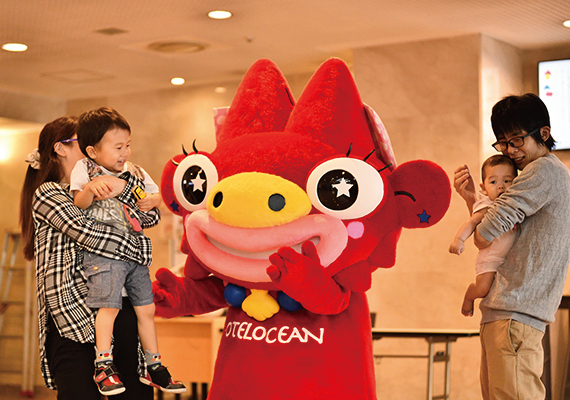 Let's enjoy taking a ceremonial photograph with mascot characters happily!