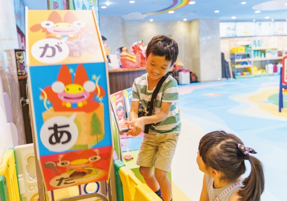 Generous child plays in kids' space in cafe space, and let's enjoy♪