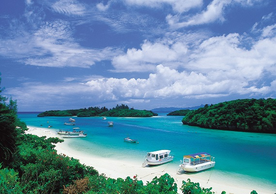Beautiful sea! Popular Yaeyama islands with very charming and lush nature!