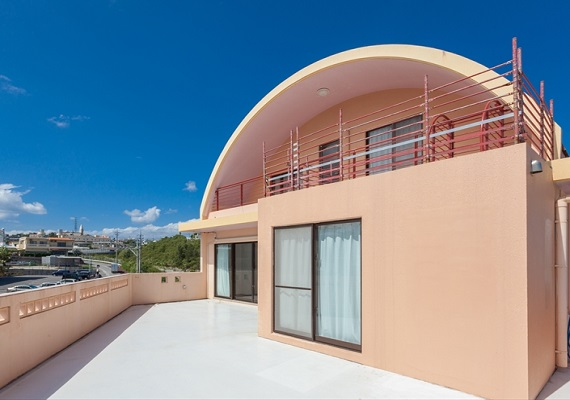Maisonette type hotel with specific round roof