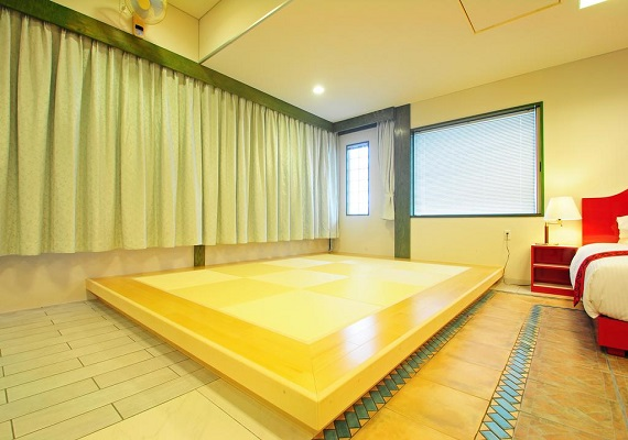 【Space with Ryukyu tatami (12 tatami size)】We lay down futons for 2 people so small children can also sleep without worries.