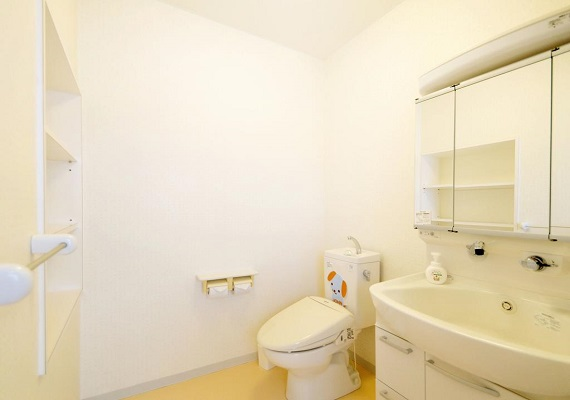 【Guest room】 Toilet and washstand at the single room side