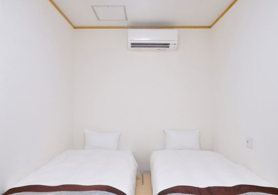 [annex 2F room] Twin room: We install two single beds.