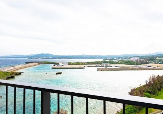 Air with balcony open in the guest room which can enjoy Serakaki fishing port and view of Mt. Onna-dake