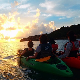 【Limit to the period 4/27~5/7、7/13~8/31・Family promotion】Sunset Kayaking Tour