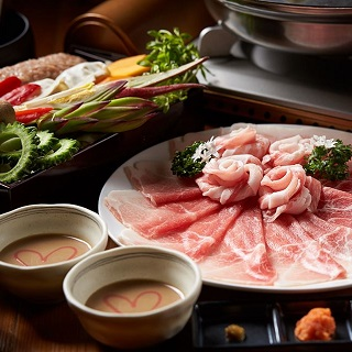 ☆Choose between 2 Hot pot main dishes☆【Shabushabu or Sukiyaki】this meal also includes Yanbaru Pork agu, Okinawa cuisine and all you can drink course