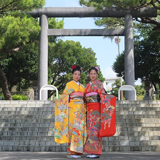 【 Walk in the city in Kimono ♪】Our shop is near Naminoue Shrine and Naha Kokusai Street!All included《Hair arrangement, point makeup, dressing& photoshoot》!