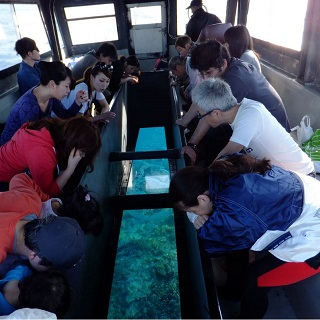 Take the Underwater Sightseeing Boat to Kume Island popular attraction spot 「Ha Te no Hama」 for a snorkelling trip