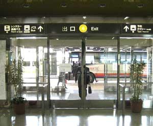 那覇空港に到着いたしましたら、預けている荷物を受け取り、出口から外へ出ます。